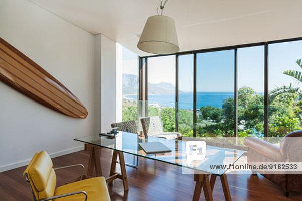 Modernes Home Office mit Meerblick