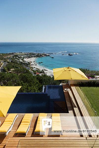 Blick auf den Ozean jenseits des luxuriösen Swimmingpools und der Terrasse