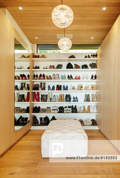 Moderner begehbarer Kleiderschrank mit Schuhen im Regal