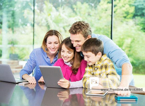 Familie mit digitalem Tablett zusammen