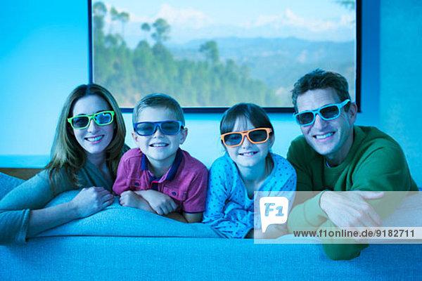 Familie mit 3D-Brille im Wohnzimmer