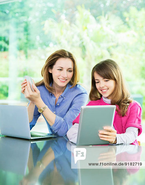 Mutter und Tochter mit Technik