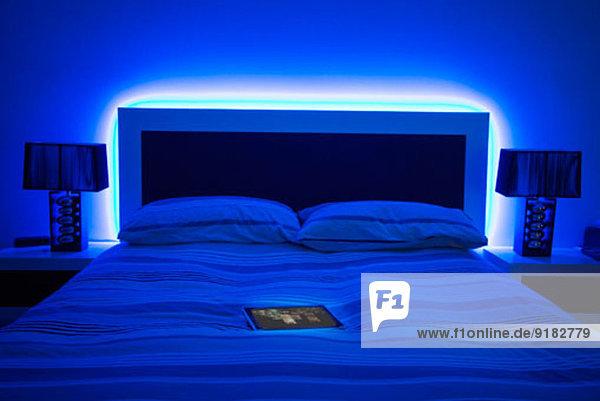 digitales Tablett auf glühendem Bett