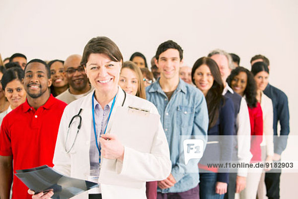 Menschenmenge hinter dem selbstbewussten Arzt