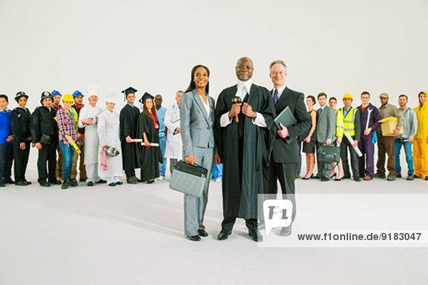 Mitarbeiter hinter selbstbewussten Richtern und Anwälten
