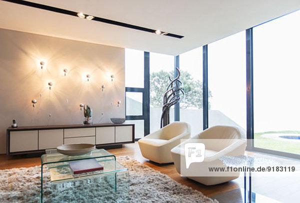 Sessel und Teppiche im modernen Wohnzimmer