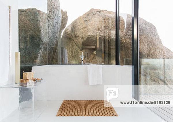 Badewanne und Glaswände im modernen Bad