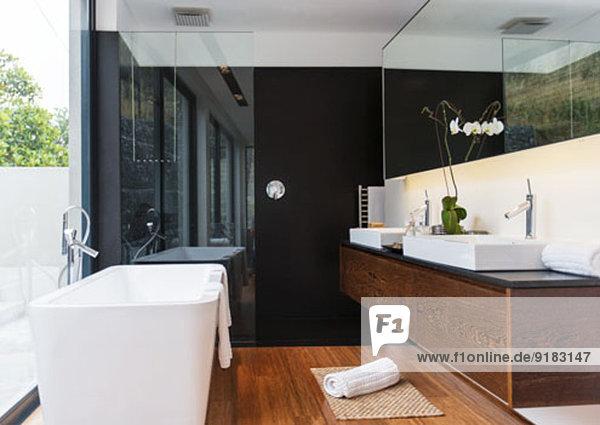 Badewanne und Waschbecken im modernen Bad
