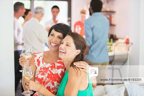 Frauen umarmen sich auf der Party