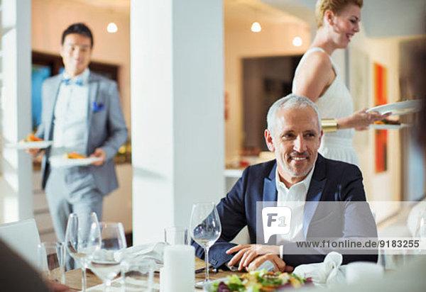 Mann am Tisch bei der Dinnerparty