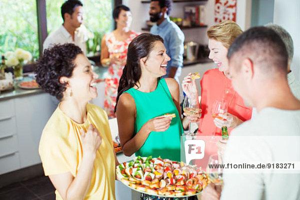 Frau dient Freunden auf der Party