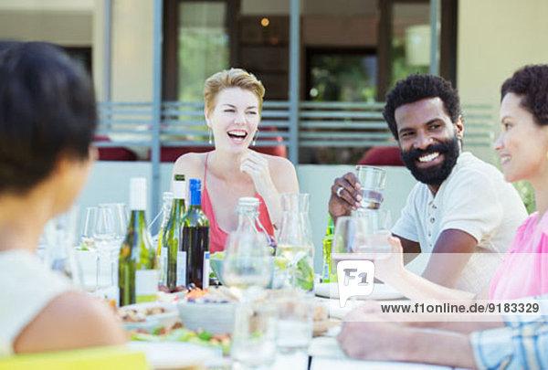 Freunde sprechen am Tisch im Freien