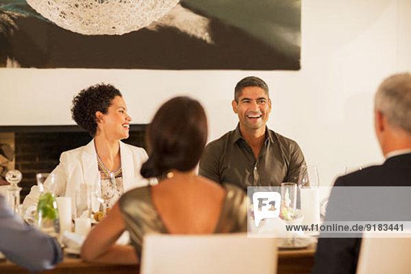 Freunde lachen bei der Dinnerparty