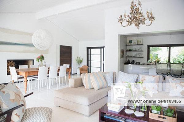 Sofa und Esstisch im modernen Wohnbereich