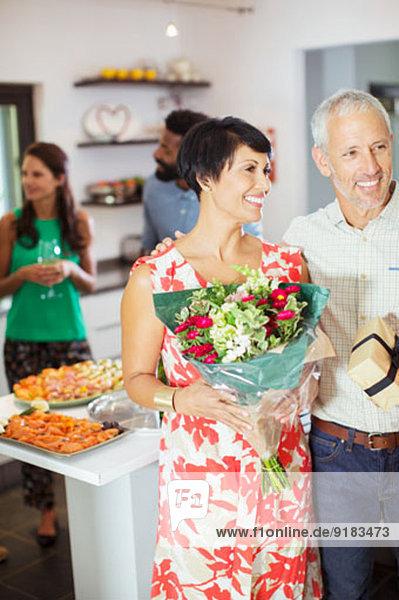 Paar mit Geschenken auf der Party