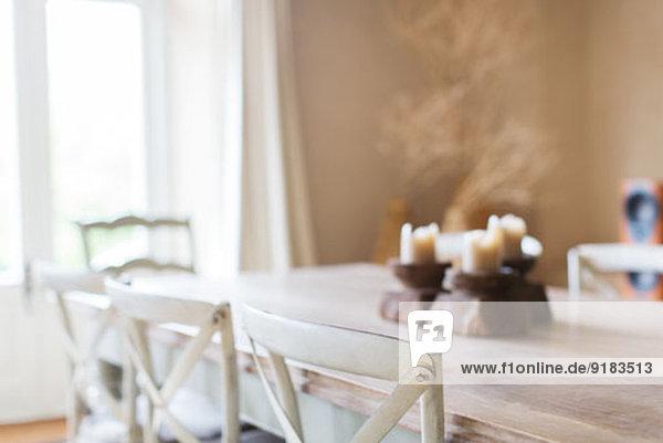 Kerzen auf dem Esstisch des rustikalen Hauses