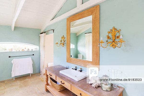 Waschbecken und Spiegel im rustikalen Bad