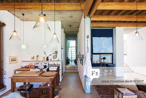 Küche und Wohnbereich des rustikalen Hauses