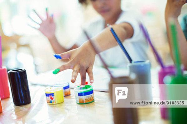 Studentische Fingermalerei im Unterricht Studentische Fingermalerei im Unterricht