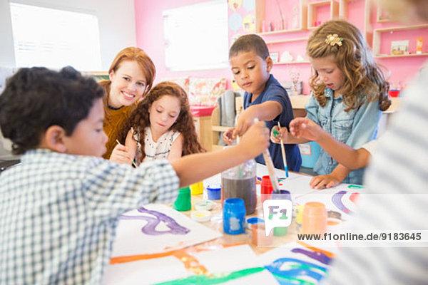 Schüler malen im Unterricht