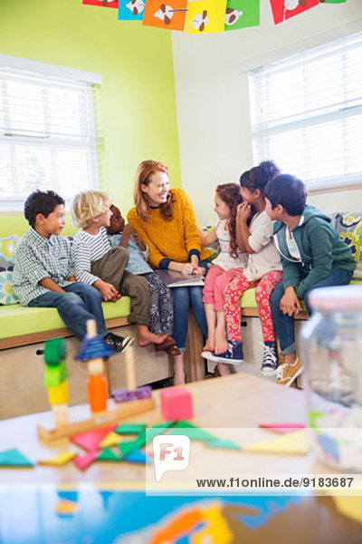 Lehrer und Schüler beim Lesen im Klassenzimmer