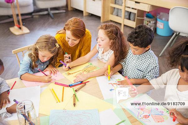 Schüler und Lehrer zeichnen im Klassenzimmer