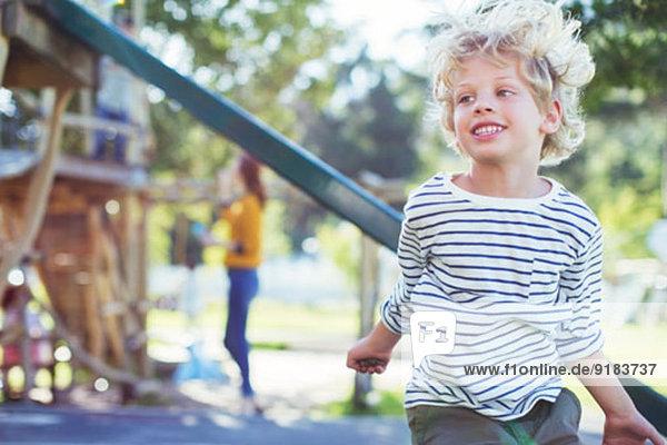 Junge spielt auf dem Spielplatz Junge spielt auf dem Spielplatz