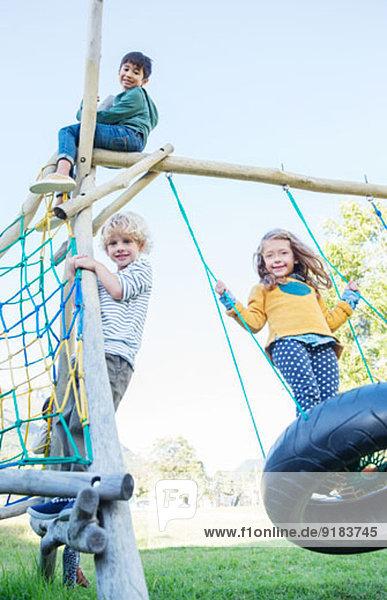 Kinder spielen auf einer Spielstruktur