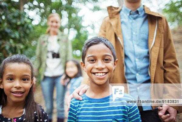 Schüler und Lehrer lächeln im Wald