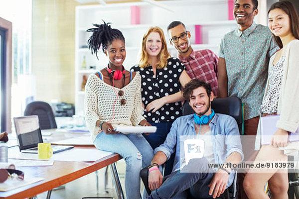Menschen lächeln im Büro