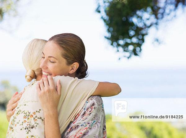 Frauen  die sich im Freien umarmen