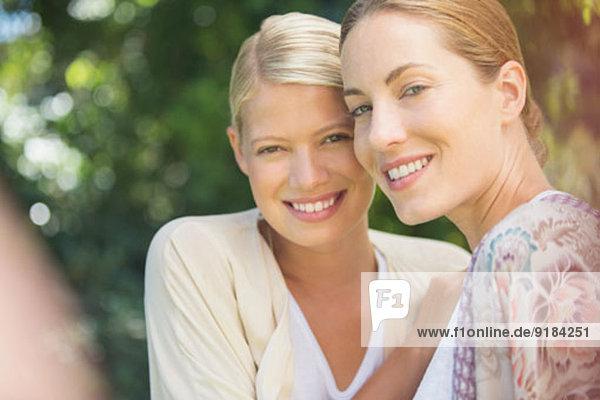 Frauen lächeln gemeinsam im Freien