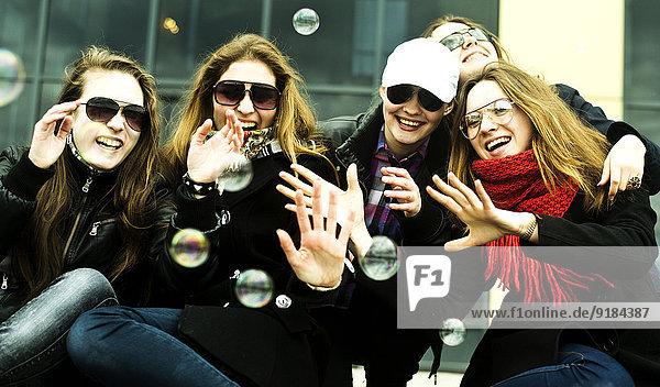 Frau Straße Großstadt Blase Blasen spielen