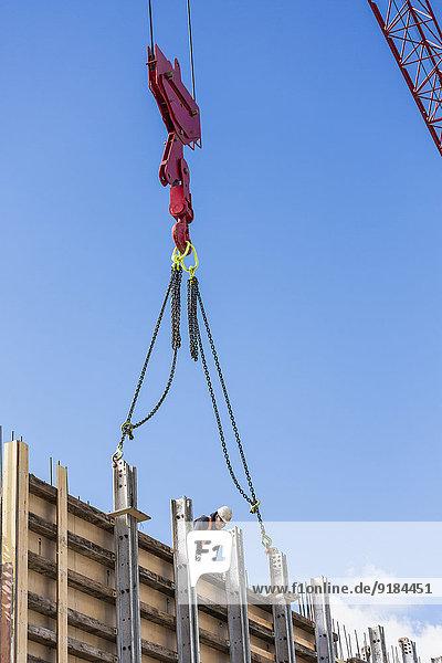 Kranich bauen Wand Beton befestigen Turmkran