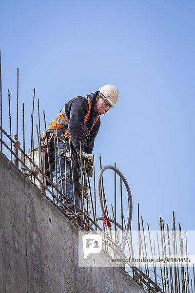 Europäer arbeiten Gebäude hoch oben