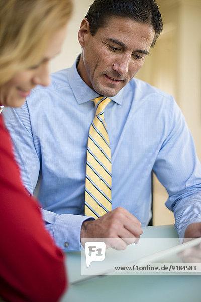benutzen Europäer Mensch Menschen Geschäftsbesprechung Besuch Treffen trifft Tablet PC Business