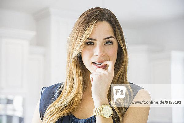 Frau beißen mischen Mixed Nagel