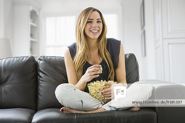 Frau sehen Couch Fernsehen mischen Mixed