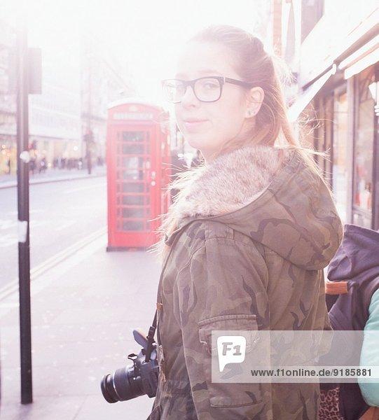 Teenager Mädchen auf der Straße mit Kamera Teenager Mädchen auf der Straße mit Kamera