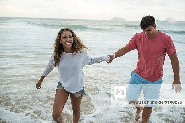 Junges Paar beim Paddeln im Meer  Ipanema Beach  Rio de Janeiro  Brasilien