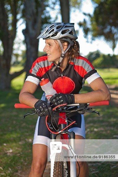 Radlerin auf dem Fahrrad macht Pause