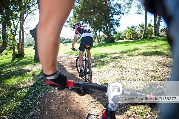 Männlicher Radfahrer vor dem Partner