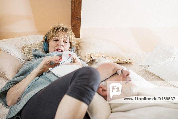 Paar auf dem Bett liegend entspannend