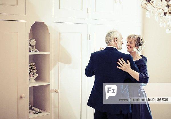Paare tanzen im Schlafzimmer