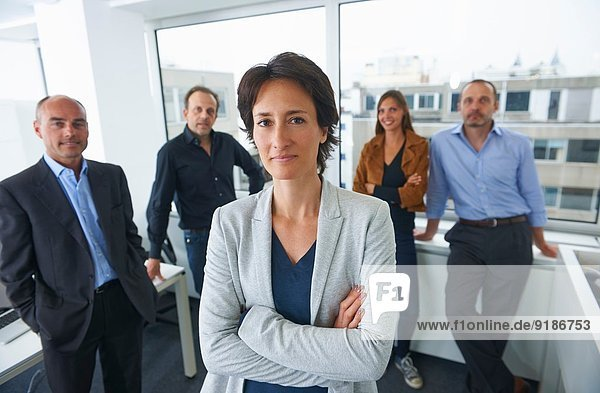Geschäftsleute posieren für Gruppenportrait im Büro