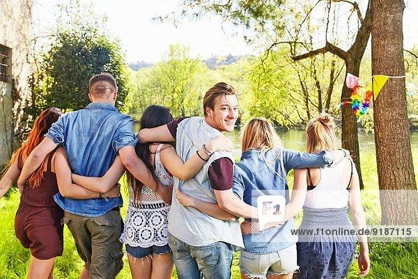 Gruppe von Freunden  die sich umarmen.