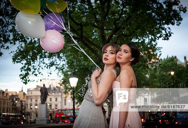Portrait Pose Freundschaft Kleid Abend Luftballon Ballon 2