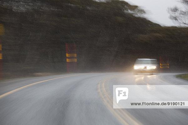 Unscharfe Bewegung des Autos auf der Straße