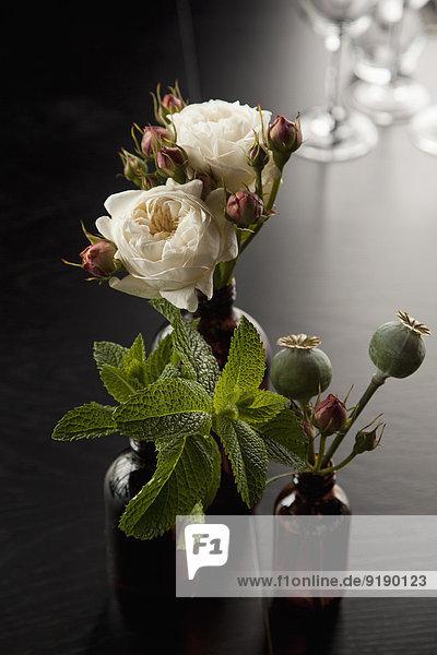 Blumen in Vasen auf dem Tisch