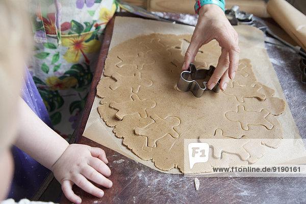 Mutter und Tochter machen Lebkuchenkekse.